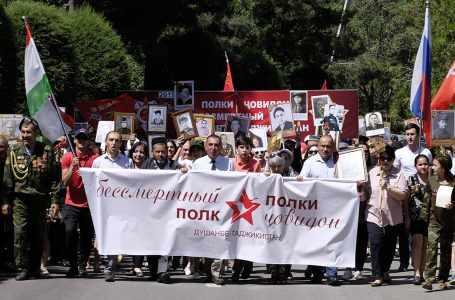 Около 1000 человек участвуют в шествии бессмертного полка в столице Таджикистана