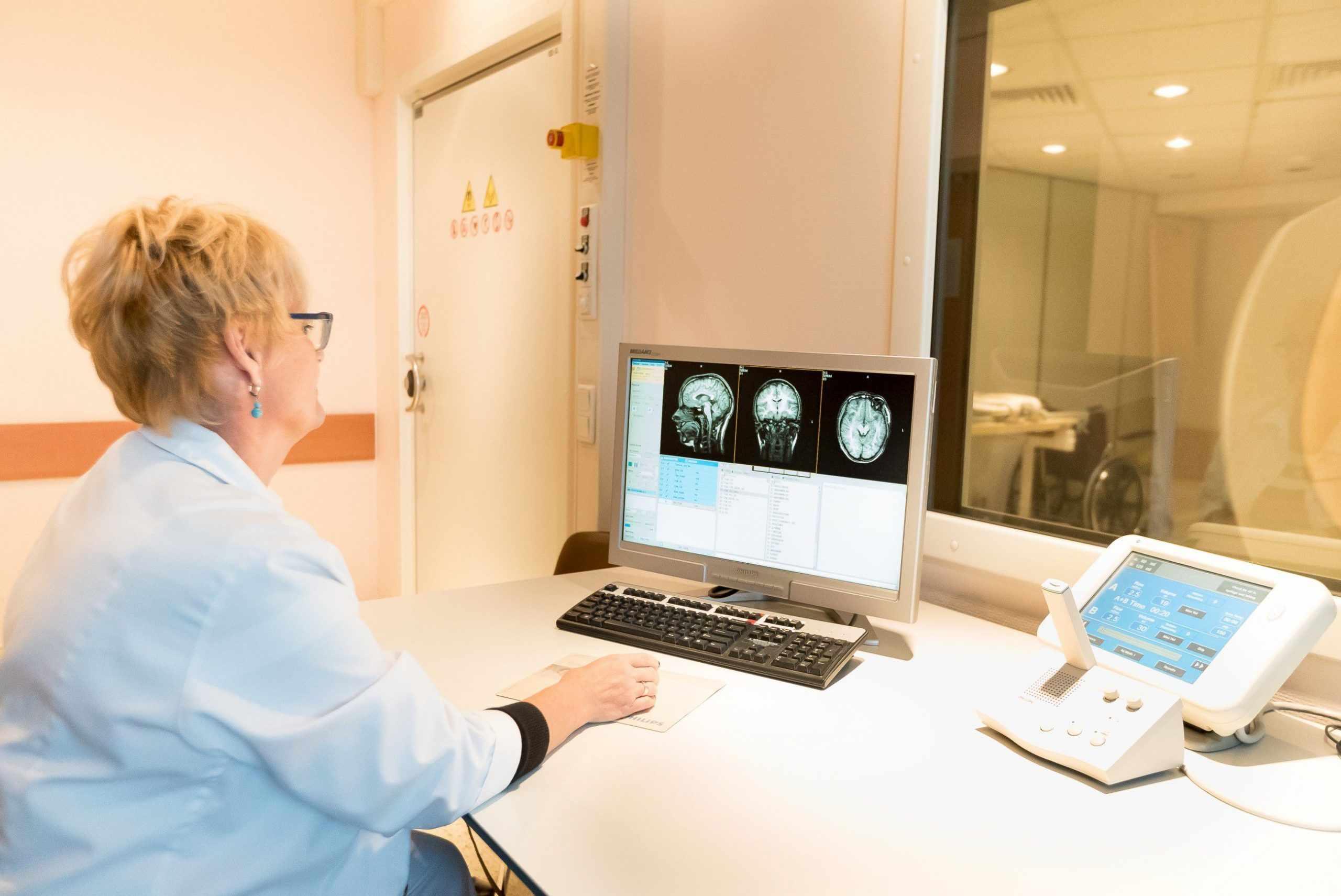 Медицинский центр в Гюмри Армении проводит магнитно-резонансную томографию