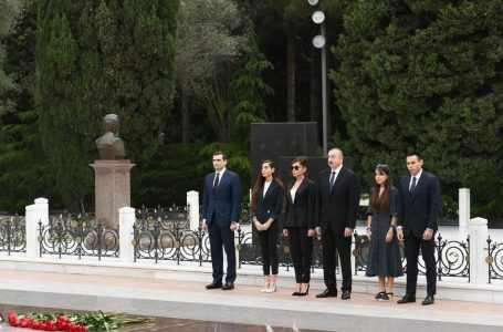 Президент Азербайджана Ильхам Алиев, первая леди Мехрибан Алиева и члены семьи почтили память всемирно известного государственного деятеля Гейдара Алиева.