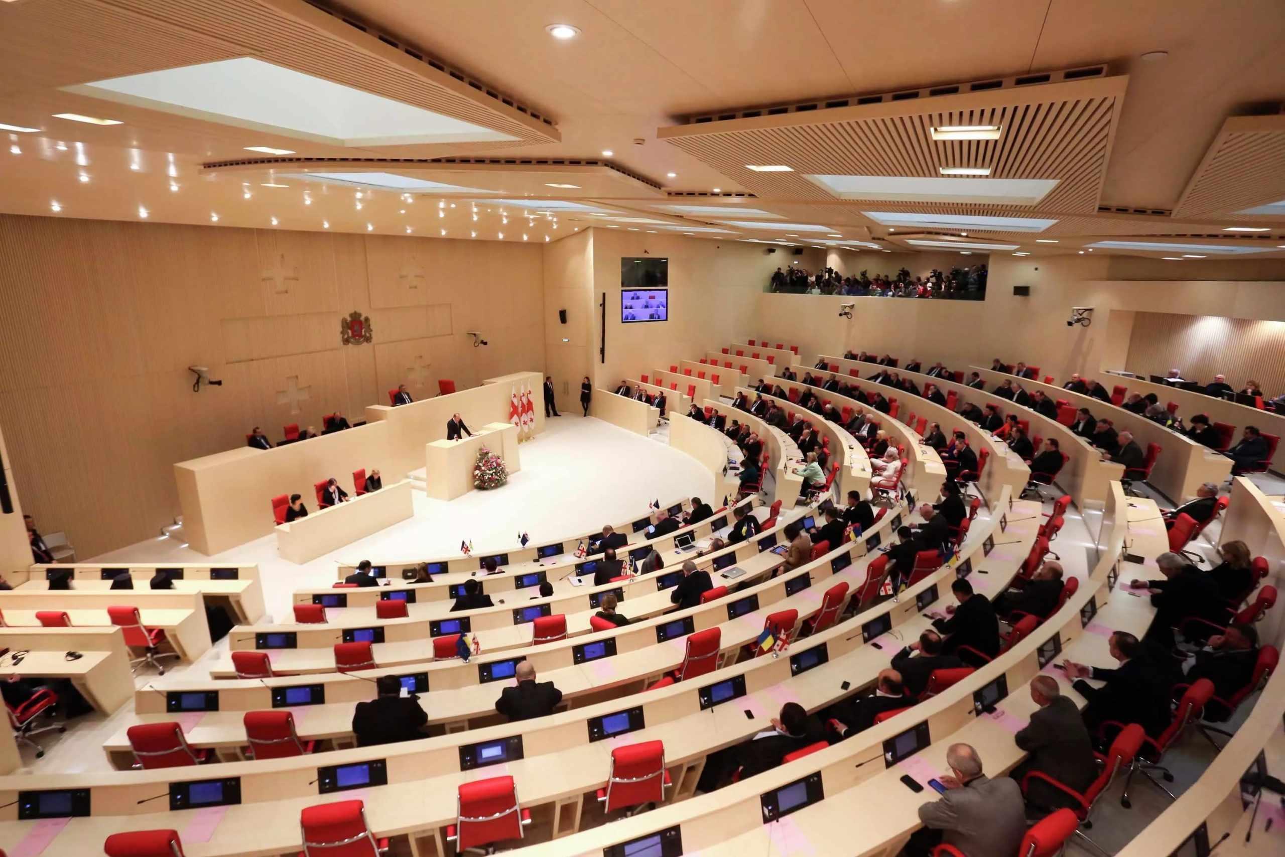 Парламент заслушал выступление премьер-министра по пенсионной системе и банковским правилам