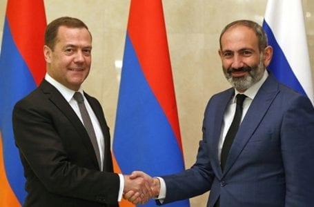 Премьер-министр Армении обратился к Медведеву