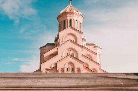 Нежелание грузинской Церкви отменить пасхальные службы и признать чрезвычайное положение продолжает вызывать споры